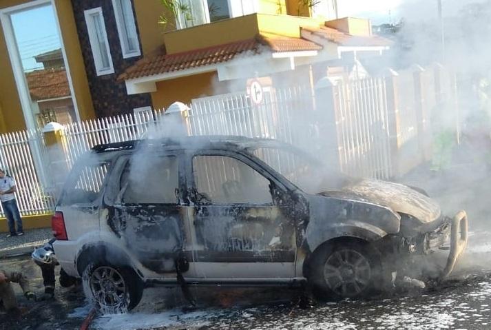 Carro pega fogo e mobiliza Corpo de Bombeiros em Ponta Grossa - CGN