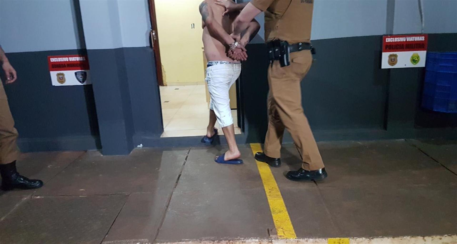 Após jogar carro contra policiais e fugir, homem é detido na BR
